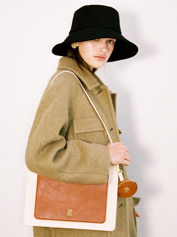 DOROTHY FLAT SHOULDER BAG_CREAM/CAMEL
